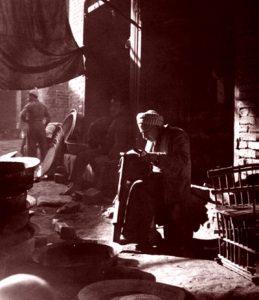 صانع الأواني في بغداد (صورة قديمة)